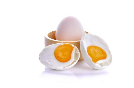白い背景の上の塩卵