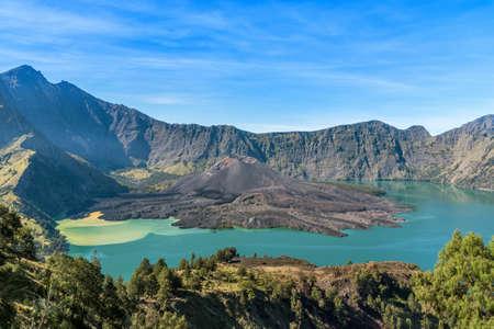 활화산 Baru Jari의 풍경, Segara Anak 호수와 Rinjani 산의 정상. 롬복 섬, 인도네시아. 스톡 콘텐츠