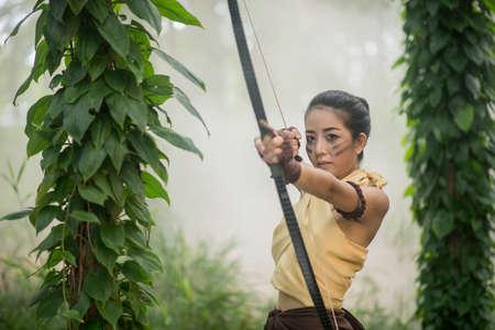아름 다운 여자 여자 아처 장 대와 숲 배경에서 화살표 빈티지 스타일 태국