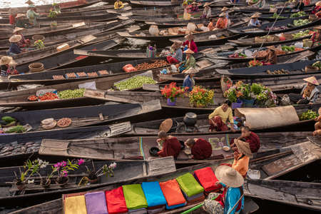 Floating Market in the morning at Inle lake, Shan state, Myanmar 스톡 콘텐츠