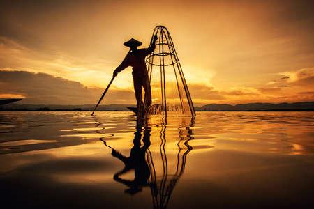 Intha Birmese vissers op boot die traditionele vissen vangen bij Inle Lake, Shan State, Myanmar Stockfoto