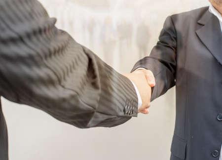 manos estrechadas: apret�n de manos de negocio, con doble exposici�n Foto de archivo