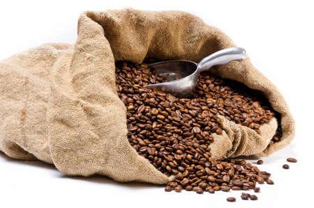 sacco juta: Sacco di chicchi di caff� con fagioli sparse e scoop metallo isolato su sfondo bianco