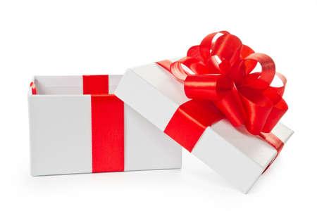 boite carton: White a ouvert la bo�te cadeau en carton carr� avec noeud de satin rouge et le ruban isol� sur fond blanc