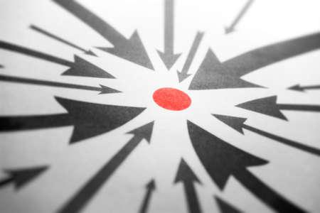 flecha derecha: Flechas apuntando a un punto rojo. Vista en perspectiva.