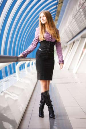 moderne br�cke: Junge Frau zu Fu� auf modernen Br�cke. Sanften Farben. Lizenzfreie Bilder