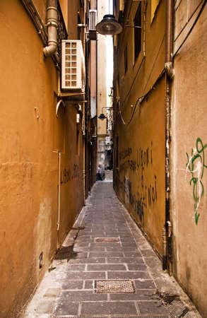 krottenwijk: Urban sloppenwijk. Smalle Italiaanse straat.