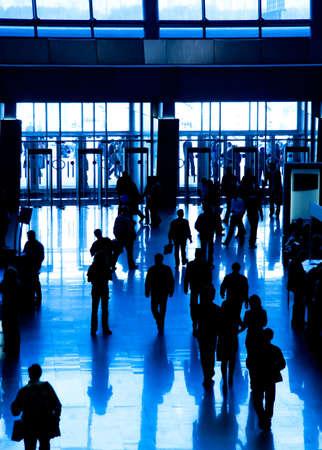 exhibition crowd: Camminando siluetta di persone di affari. Tonalit� di blu.