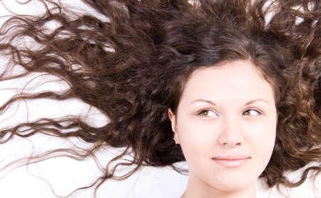 beiseite: Frau mit langen br�netten Haaren hast beiseite.