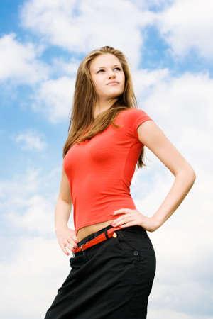 Jeune femme fière sur fond de ciel. Banque d'images - 5390282