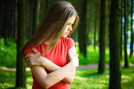 mujer pensativa: Mujer solitaria en un bosque.