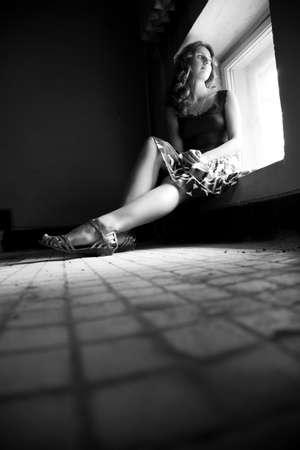 frau sitzt am boden: Lonely Frau. Konzentrieren Sie sich auf Bein.