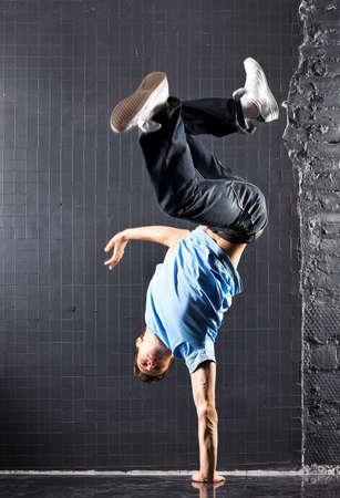 baile moderno: Danza Joven moderno. En la pared de fondo oscuro.