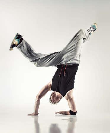 modern dance: Junger Mann Modern Dance. Weiche gelben Hintergrund.