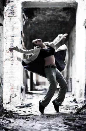 Jonge vrouw danser in een vervallen gebouw.  Stockfoto