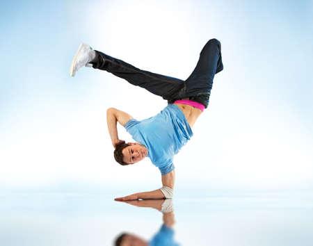 baile moderno: Danza moderna hombre joven. Sobre fondo blanco y azul suave.  Foto de archivo
