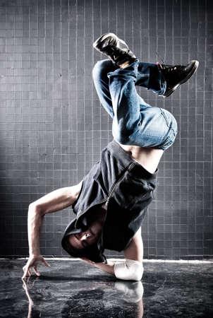 modern dance: Junger Mann Modern Dance. Kontrast-Farben.
