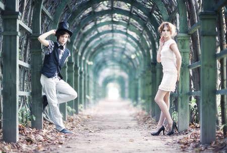 통로: Young couple in a park with long passage.