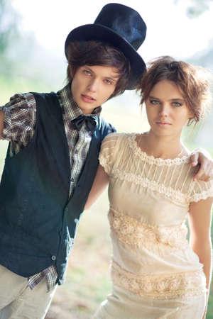 embracing couple: Joven pareja moda. Despu�s de la lluvia. Foto de archivo
