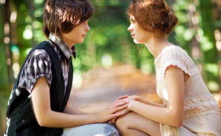 ni�as gemelas: Joven pareja rom�ntica buscando uno al otro.