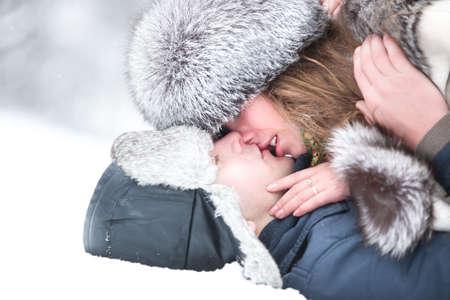 pareja besandose: Joven pareja bes�ndose. Retrato de invierno al aire libre. Foto de archivo