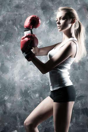 ボクサーの女性のファッション。壁の背景。