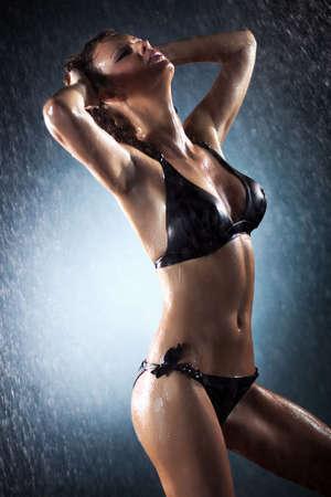 wet nude: Joven mujer sexy. Foto de estudio de agua. Foto de archivo