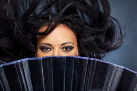 donna volante: Giovane donna bruna straniero con fluttuando capelli.