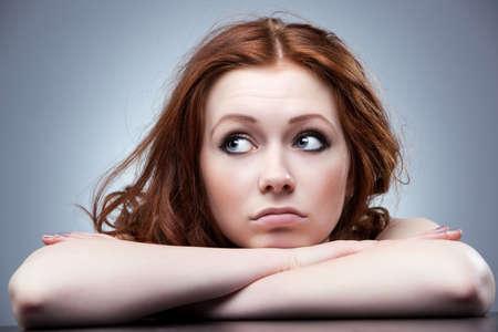 femme triste: Young d��u femme cherche c�t� portrait.  Banque d'images