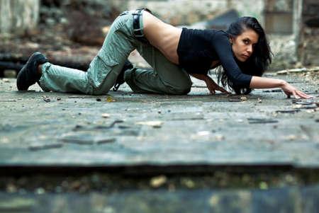 Junge Frau in einem zerstörten Gebäude. Crawlen heimlich auf dem Stockwerk.