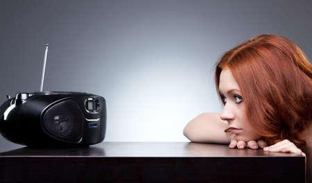 �couter: Jeune femme �coute radio. Humeur ennuyeux.