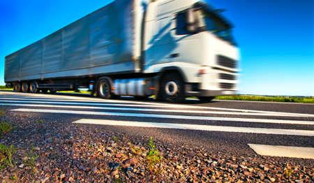 transporte de mercancia: Transporte de cami�n. Vista de gran angular y el efecto de movimiento borrosa.
