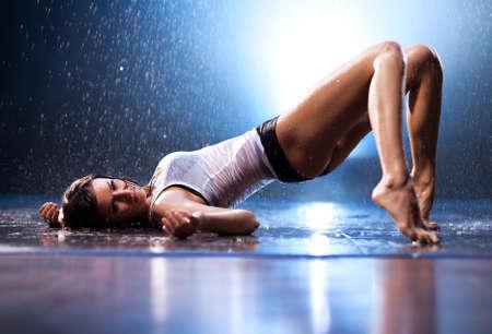 Giovane donna sexy. Studio di acqua.