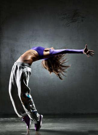 bailarina: Joven bailar�n. En la fondo de pared.  Foto de archivo