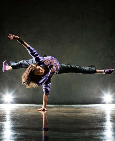 dance: Joven bailar�n. En la fondo de pared.  Foto de archivo