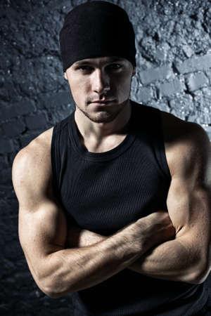 hombre fuerte: Retrato de joven hombre fuerte. Colores de contraste.