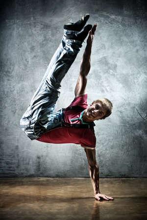 Junger Mann Breakdance. On Wall Background.