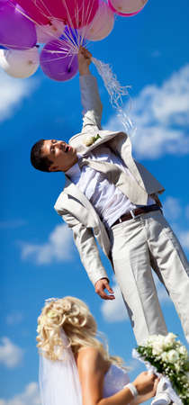 Joven esposo volando de su esposa. Concepto de boda divertido.