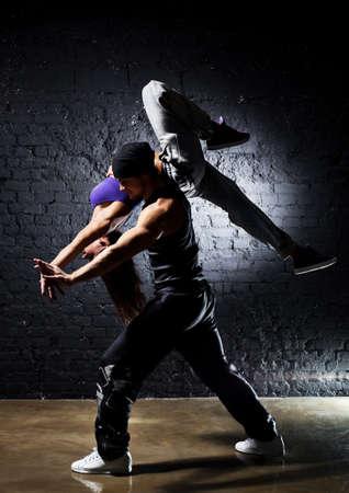 danza moderna: Pareja de bailarina. Efecto de colores de contraste.