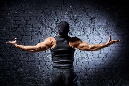 hombre fuerte: Vista de la parte de atrás de joven hombre fuerte.
