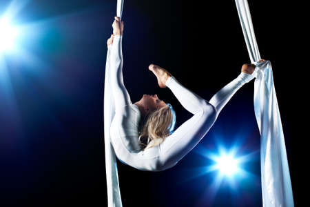 gymnastik: Young Woman Turnerin. Auf schwarzem Hintergrund mit flash-Effekt.