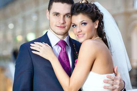 pareja abrazada: Young retrato de boda de pareja en el interior.