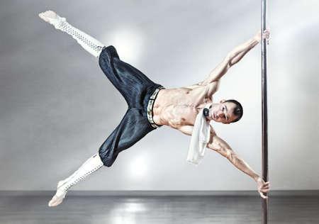 Uomo di giovane forte pole dance.