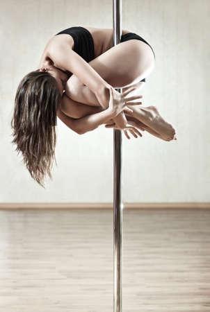 pole dancing: Young mince femme de pole dance. Banque d'images