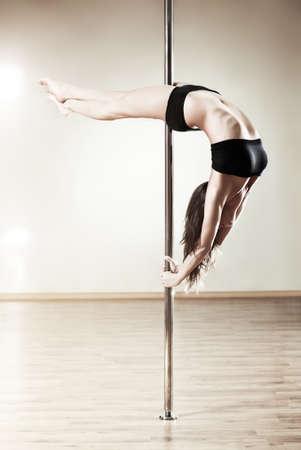 pole dance: Young slim donna di pole dance.