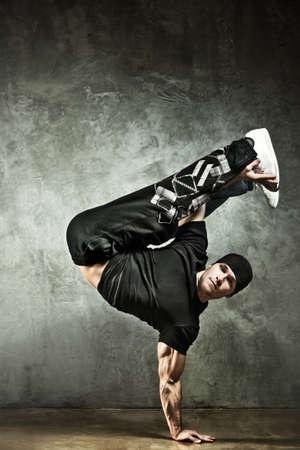 hombre fuerte: Joven fuerte break dance. El fondo de la pared. Foto de archivo