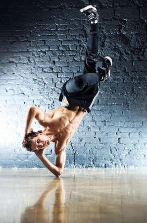 hombre fuerte: Joven fuerte break dance. Foto de archivo