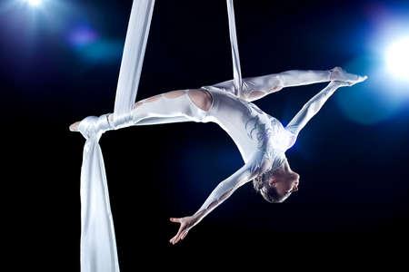 gymnastik: Junge Frau Turner. Auf schwarzen Hintergrund mit flash-Effekt.