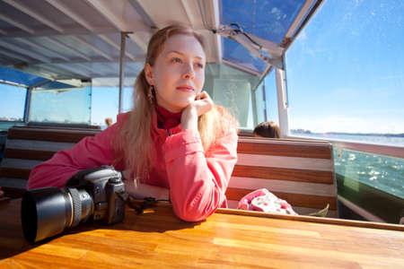 beiseite: Junge Frau auf Touristen abgesehen Meer.