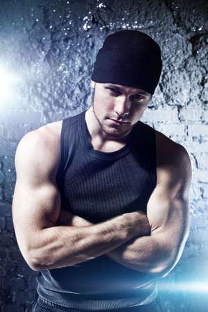 hombre fuerte: Retrato de hombre joven fuerte. Con efecto flash.